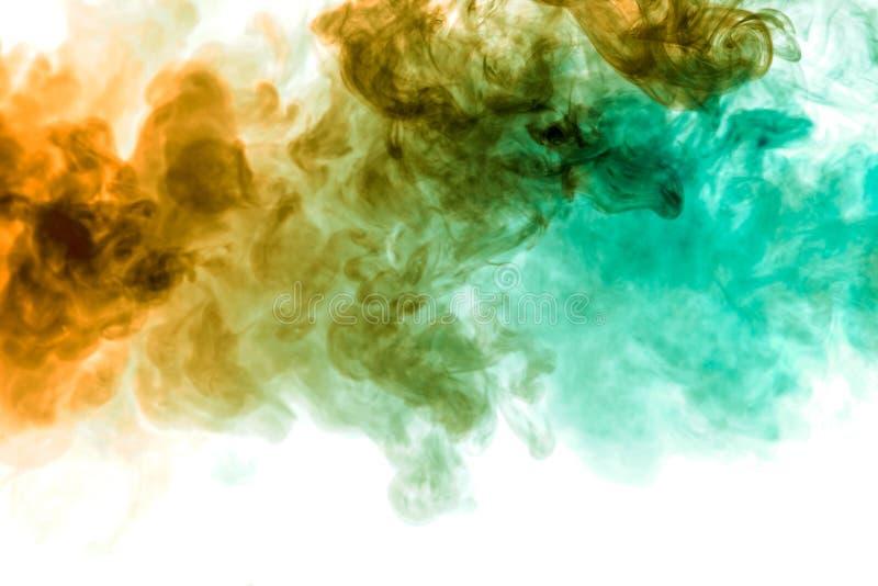 Fond de fumée onduleuse bleue et verte sur une terre d'isolement blanche Configuration abstraite photos libres de droits