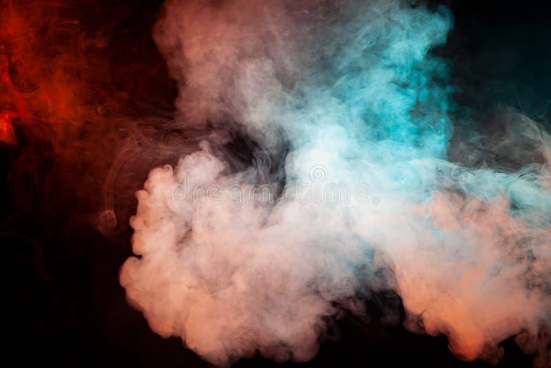 Fond de fumée onduleuse verte, blanche et rose sur un isolat noir photographie stock libre de droits