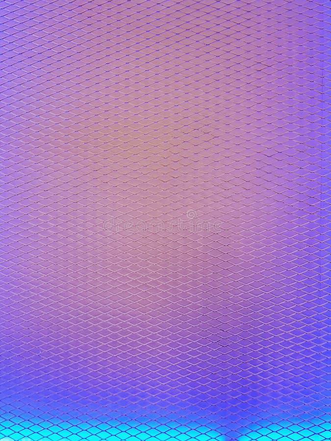 Fond de grillage avec l'éclairage arrière coloré photos libres de droits