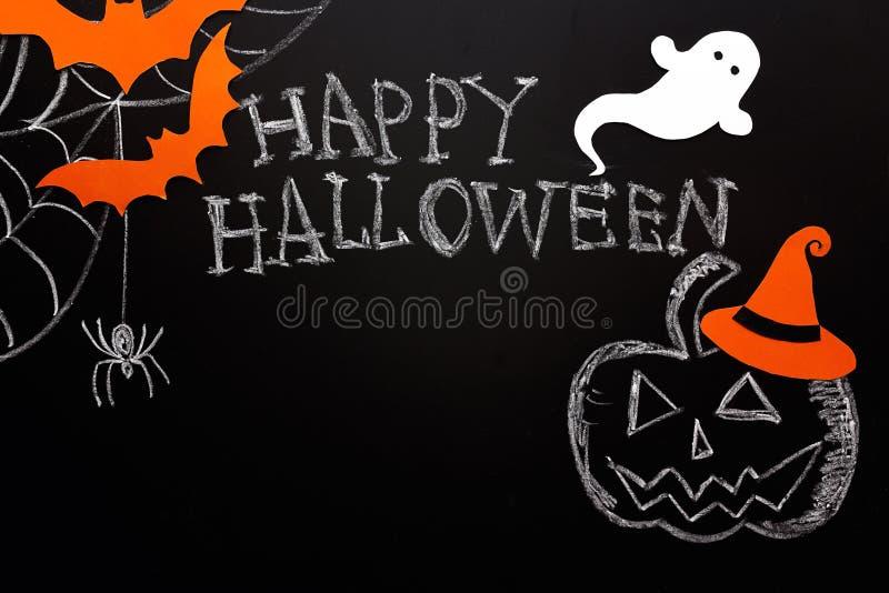 Fond de Halloween de tableau noir avec le potiron marqué à la craie, fantôme, spi photographie stock libre de droits