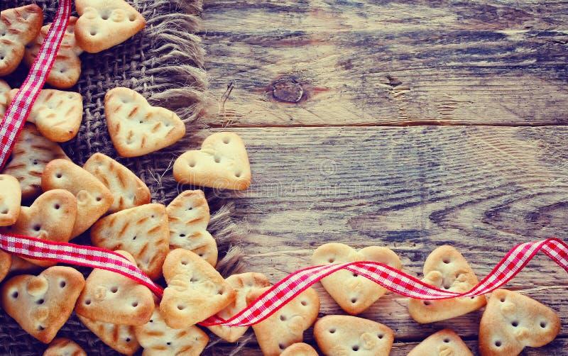 Fond de jour de valentines avec de petits biscuits image stock