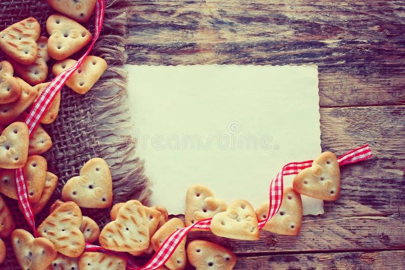 Fond de jour de valentines avec de petits biscuits images stock