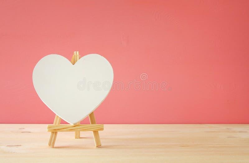 Fond de jour de valentines Coeur sur la table en bois images stock