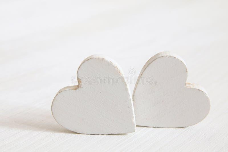 Fond de jour de valentines Coeurs en bois images libres de droits