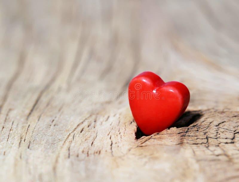 Fond de jour de valentines Coeurs sur la texture en bois photographie stock