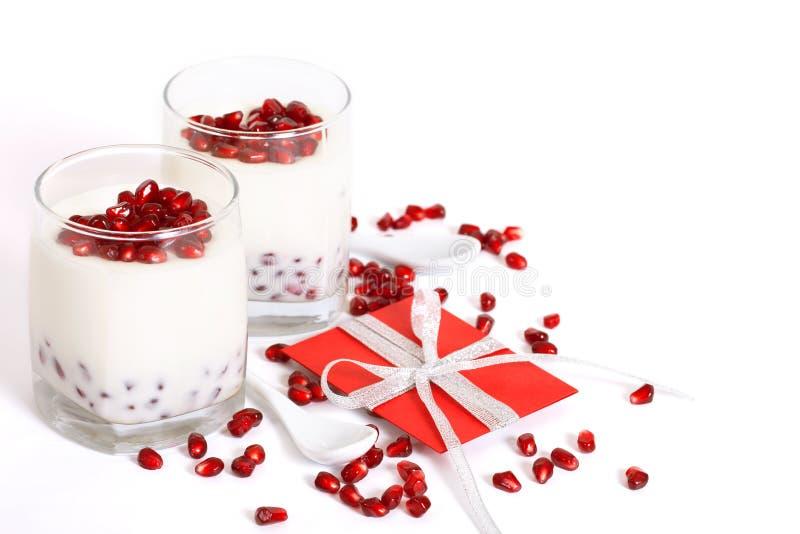 Fond de jour du `s de Valentine avec le panacotta. images stock