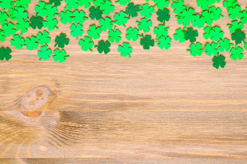 Fond de jour du ` s de St Patrick, une frontière latérale avec les quatrefoils verts et espace pour le texte photo stock