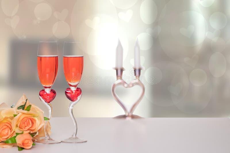 Fond de jour de Valentine Un dessus de table lumineux avec deux verres dans la forme des coeurs rouges avec le champagner et un b image stock