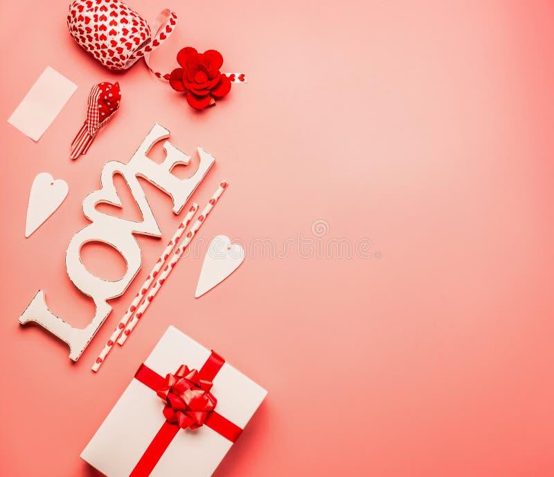 Fond de jour de valentines avec la configuration d'appartement de l'amour de mot, des coeurs, du boîte-cadeau avec le ruban rouge photographie stock