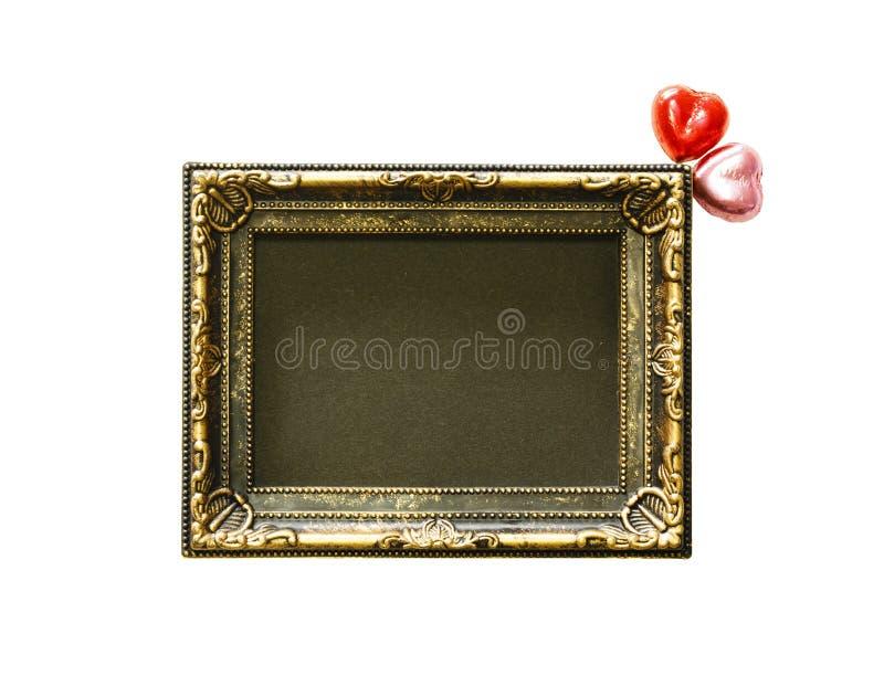 Fond de jour de valentines avec la forme de coeur de chocolats et le cadre rouges et roses d'or de la vue supérieure image stock