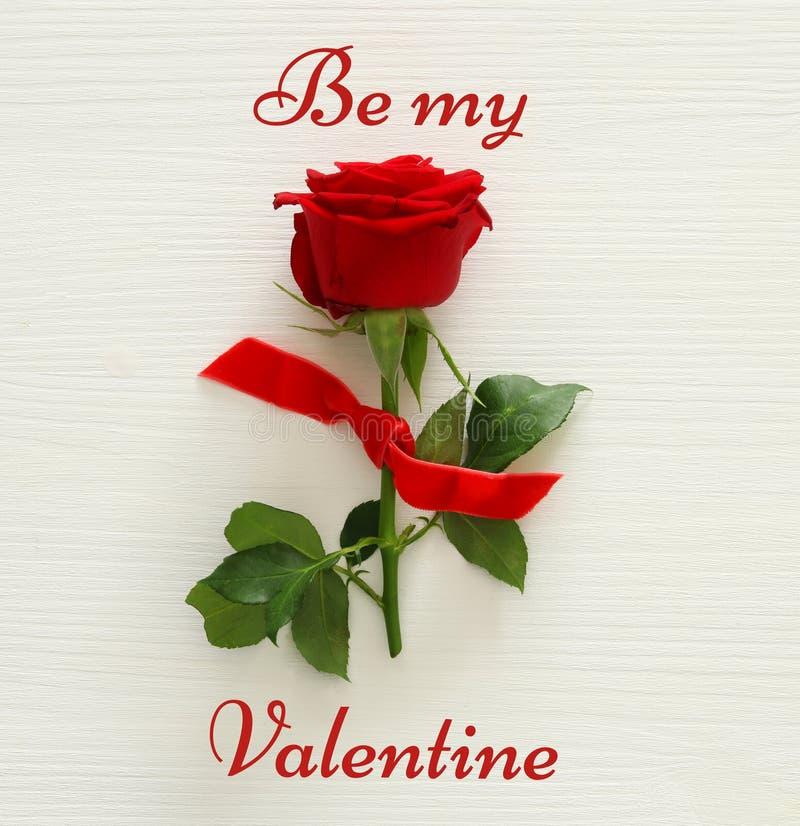 Fond de jour de valentines avec la rose de rouge Vue supérieure images libres de droits