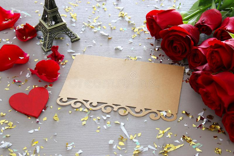 Fond de jour de valentines Beau bouquet des roses à côté de la lettre vide sur la table en bois photographie stock