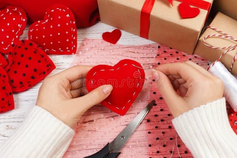 Fond de jour de valentines Coeur fait main de jour du ` s de Valentine des textiles Décoration faite main pour les vacances photographie stock libre de droits