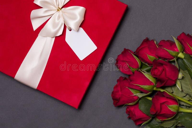 Fond de jour de valentines, fond noir sans couture romantique, bouquet rose rouge, ruban, étiquette de cadeau, cadeau image stock