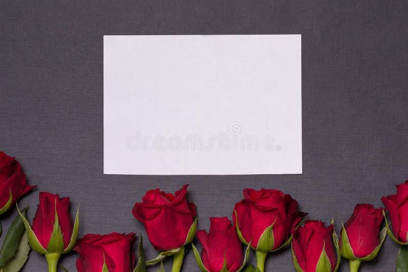 Fond de jour de valentines, fond noir sans couture, roses rouges, carte epmty blanche, l'espace des textes d'exemplaire gratuit photos stock