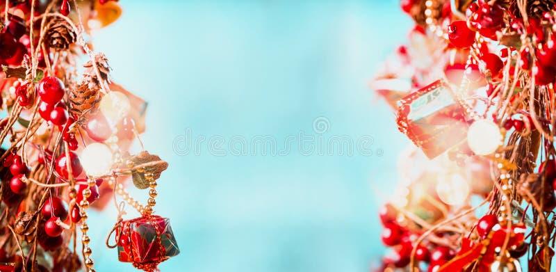 Fond de Joy Christmas dans le bleu rouge avec le bokeh d'éclat et de scintillement, cadre photo libre de droits