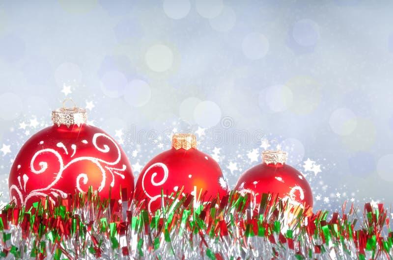 Fond de Joyeux Noël et de bonne année avec les boules rouges photos stock