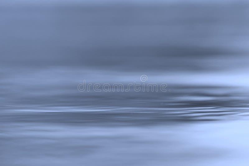 Fond de l'eau bleue - bonheur de tranquilité et d'ondulations colorées image libre de droits