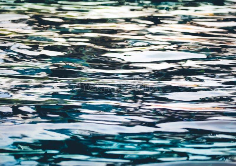 Fond de l'eau ondulée dans la piscine image libre de droits