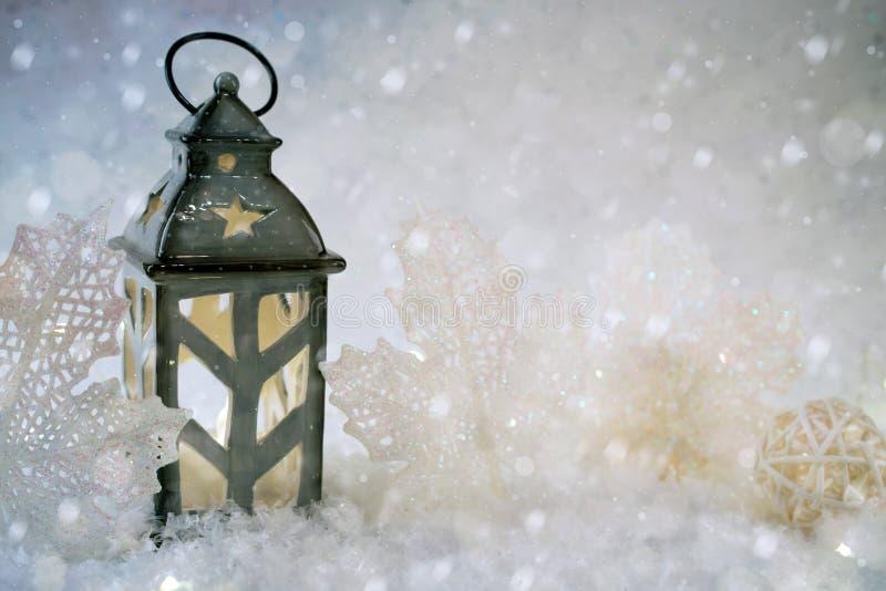 Fond de l'hiver Beau chandelier sous forme de maison photos libres de droits