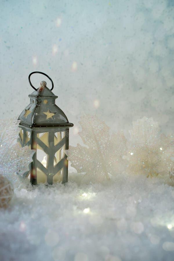 Fond de l'hiver Beau chandelier sous forme de maison photo stock