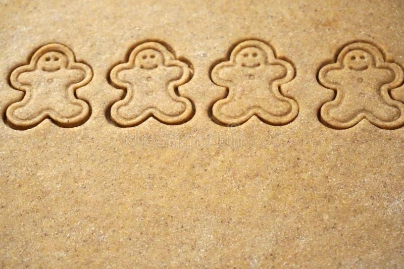 Fond de la pâte de pâtisserie avec la forme des biscuits de Gingerman là-dessus photos libres de droits