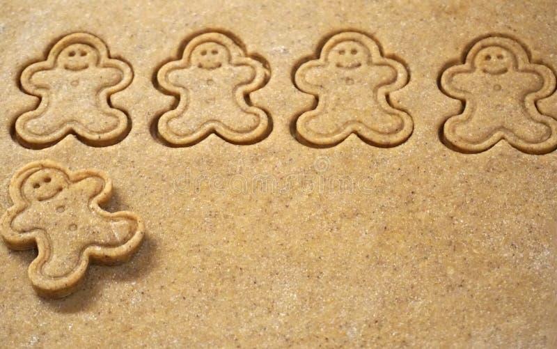 Fond de la pâte de pain d'épice avec des biscuits dans la forme de Gingerman image stock