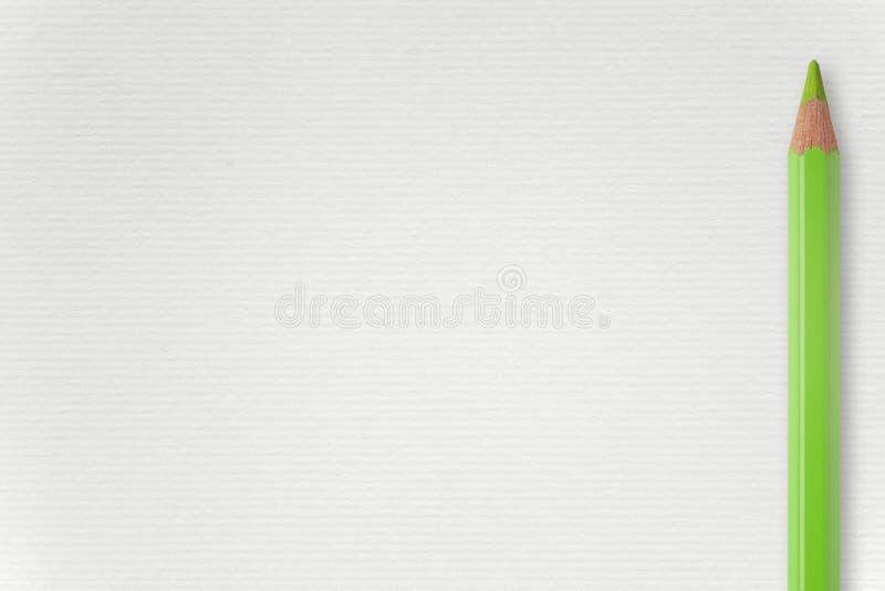 Fond de livre blanc avec le crayon vert photos libres de droits