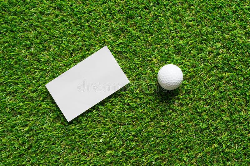 Fond de livre blanc et boule de golf sur l'herbe verte du terrain de golf image libre de droits