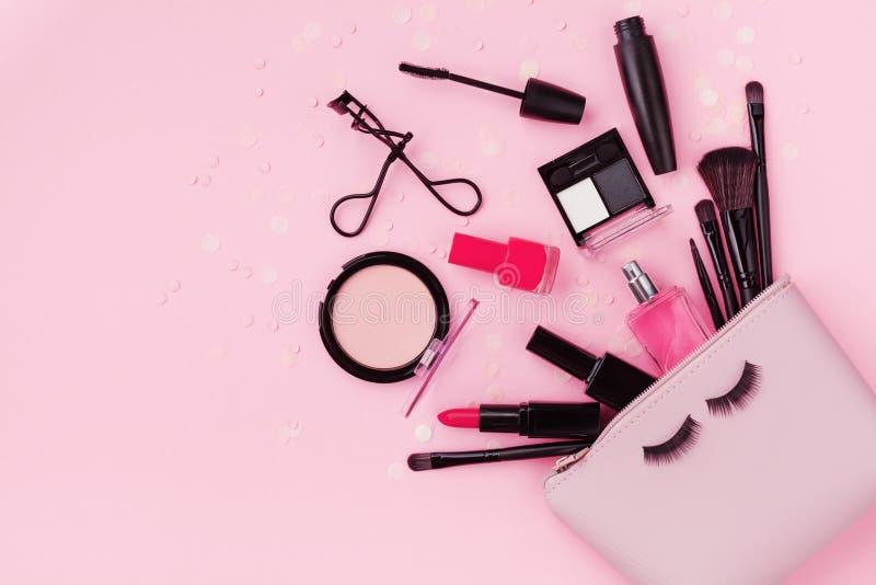 Fond de maquillage de femme avec des produits de beauté et des cosmétiques Vue supérieure sur la table rose et le style étendu pl photo stock