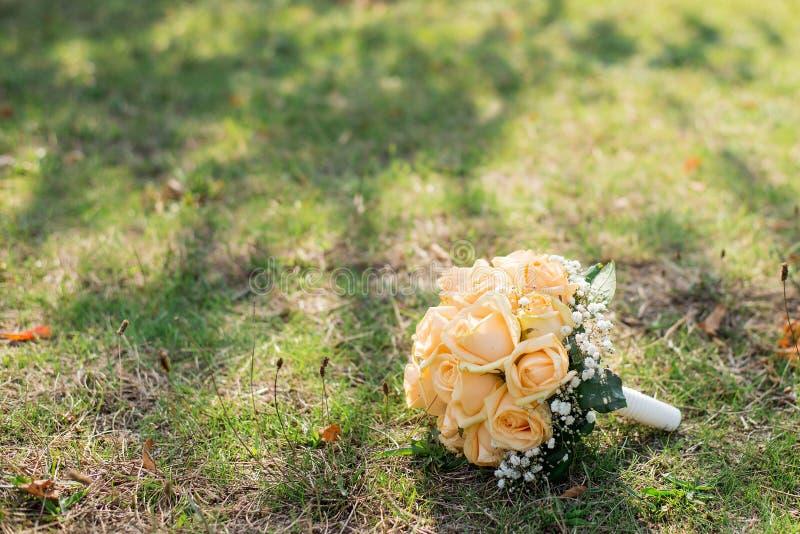Fond de mariage Le bouquet de la jeune mariée sur l'herbe Déclaration de l'amour Carte de mariage, détails de jour photo stock