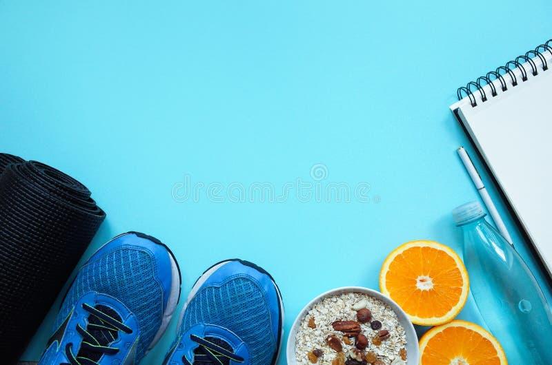 Fond de mode de vie de forme physique avec l'équipement de gymnase sur le fond coloré bleu photos libres de droits