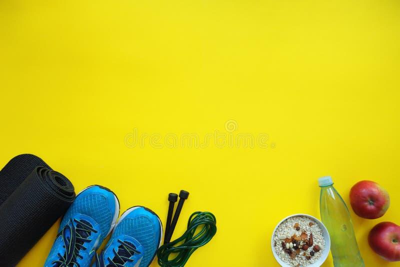 Fond de mode de vie de forme physique avec l'équipement de gymnase sur le fond coloré jaune photo stock