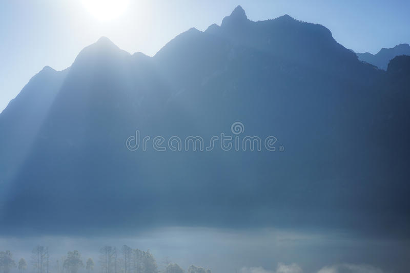 Fond de montagne avec la brume photo libre de droits