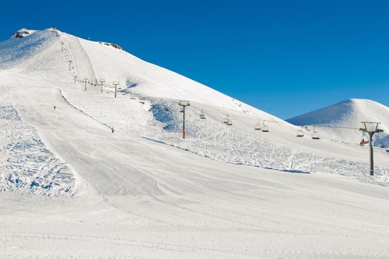 Fond de montagnes d'hiver avec des pentes et des remonte-pente de ski Station de sports d'hiver Sport extrême vacances actives Co photo stock