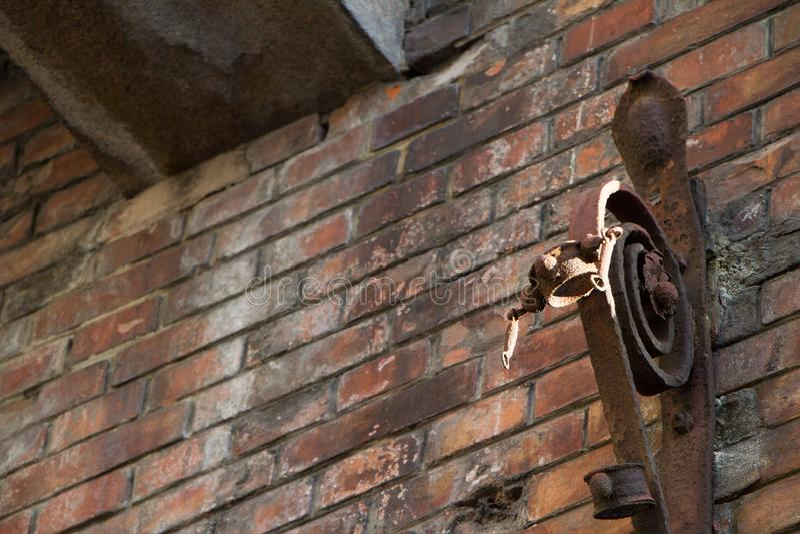 Fond de mur de briques sale de vieux cru avec la texture Fa?ade minable de b?timent avec le pl?tre endommag? image stock