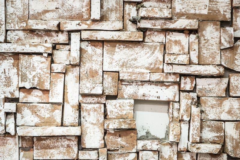 Fond de mur de briques sale de vieux vintage avec le plâtre d'épluchage photographie stock libre de droits