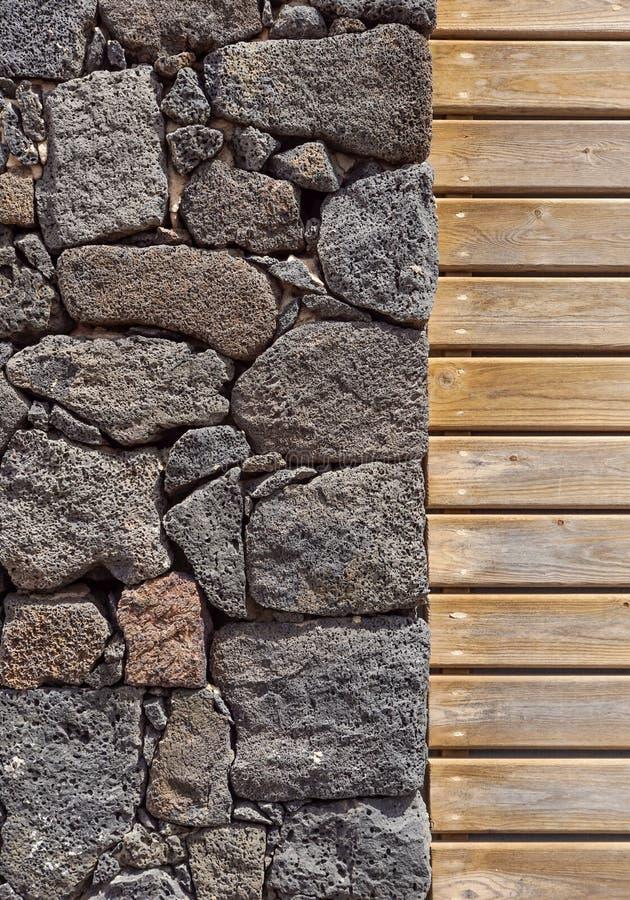 Fond de mur en pierre mur en pierre et en bois, texture en bois comme fond Mur en bois de fond photo libre de droits