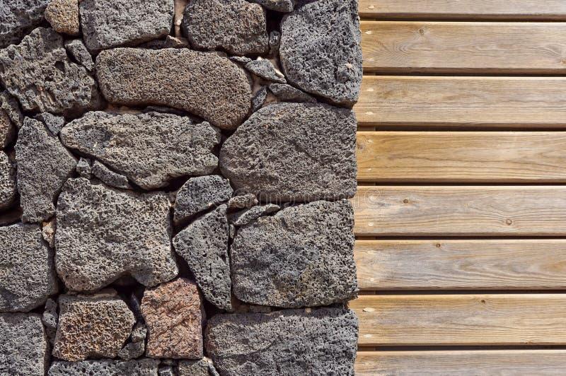 Fond de mur en pierre mur en pierre et en bois, texture en bois comme fond Mur en bois de fond image libre de droits