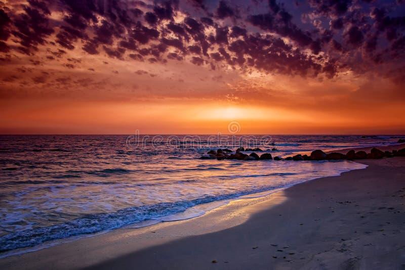 Fond de nature de coucher du soleil stup?fiant de plage avec l'horizon sans fin et les vagues mousseuses incroyables C'est l'Oc?a images libres de droits