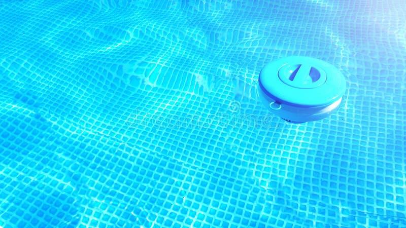 Fond de nettoyage de produits chimiques de piscine Le distributeur de flottement de comprimé de chlore pour des piscines se situe photographie stock
