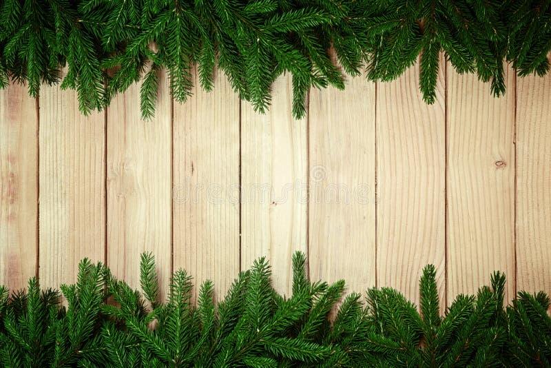 Fond de Noël - arbre de sapin sur la table en bois images stock