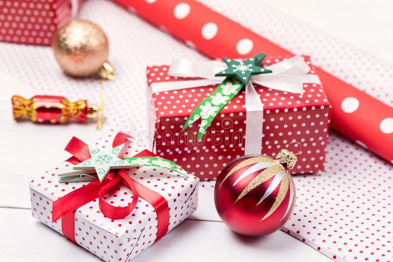 Fond de Noël avec de beaux boîte-cadeau réglés du fond en bois blanc de fond de nouvelle année de boîte-cadeau de Noël enveloppan image libre de droits