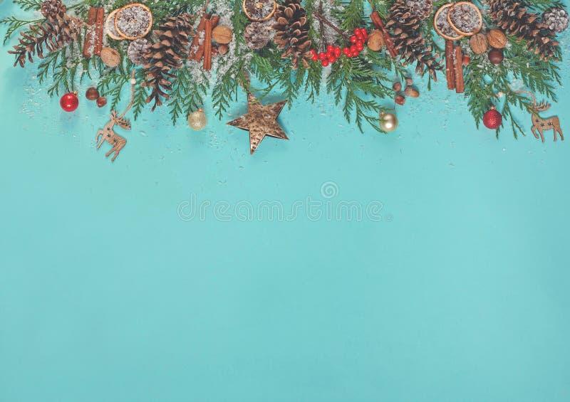 Fond de Noël avec des branches d'arbre de Noël, décorations de Noël, cônes de pin, écrous images libres de droits