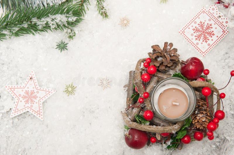 Fond de Noël avec des branches la neige, la bougie et d'arbre artificiels de Noël Vue supérieure photo libre de droits