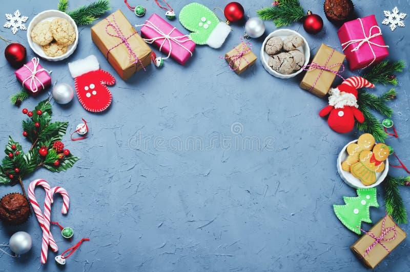 Fond de Noël avec des cadeaux, biscuits, décoration de Noël photo libre de droits
