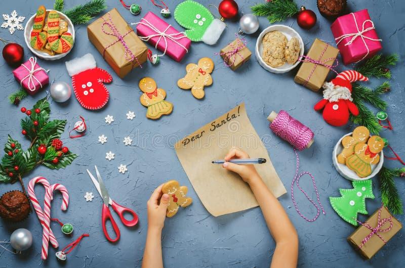 Fond de Noël avec des cadeaux, biscuits, décoration a de Noël images libres de droits