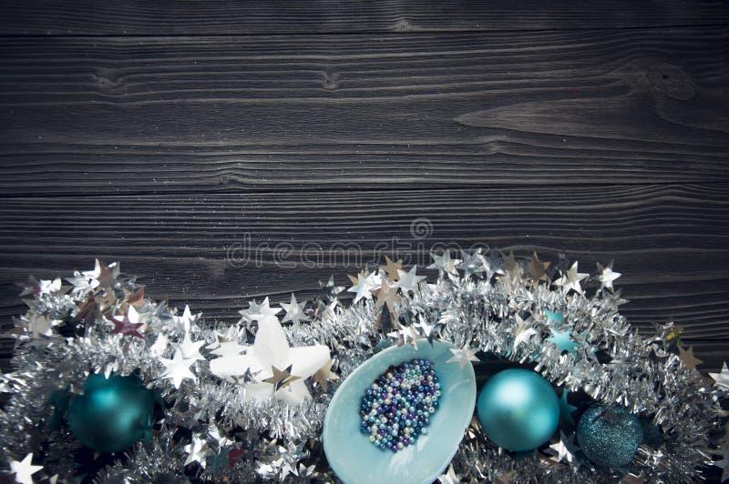 Fond de Noël avec des décorations de vacances sur le dos noir en bois images libres de droits