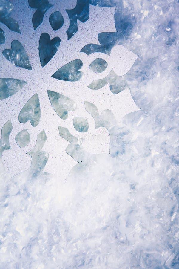 Fond de Noël avec des flocons de neige sur le blanc image libre de droits