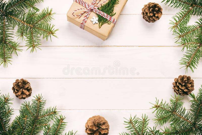 Fond de Noël avec l'arbre de sapin et boîte-cadeau sur la table rustique en bois de cru Vue supérieure avec l'espace de copie pou image stock